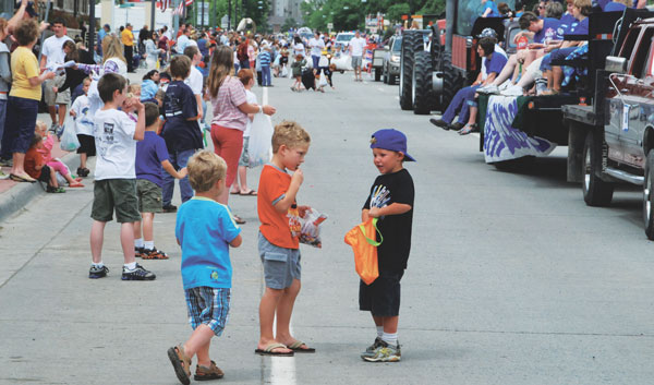 Kids enjoy the 2010 Mustang Days parade